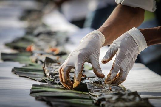 Tamaleras tradicionales, integrantes de escuelas de gastronomía y personal del sector hotelero elaboran este domingo un tamal de 470 metros de longitud, para celebrar el tradicional Día de La Candelaria, en el balneario de Acapulco, estado de Guerrero (México).