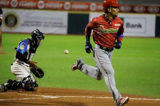 Gorkys Hernández (d), de los Cardenales de Lara de Venezuela, fue registrado este domingo al anotarle una carrera a los Toros del Este de República Dominicana, durante un partido de la Serie del Caribe de béisbol, en el Estadio Hiram Bithorn de San Juan (Puerto Rico).