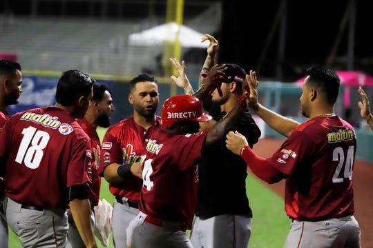 Jugadores de los Cardenales de Lara de Venezuela fueron registrados este domingo al celebrar una carrera que le anotaron a los Toros del Este de República Dominicana, durante un partido de la Serie del Caribe de béisbol, en el Estadio Hiram Bithorn de San Juan (Puerto Rico).