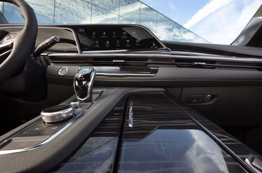 The new Escalade loses its old truck-like steering-column shifter for a modern console-based monostable shifter.