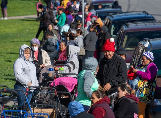 : Cientos de personas hacen fila para el programa del banco de alimentos que la iglesia Celebration Church ofrece cada mañana de sábado en el este de Salinas.
