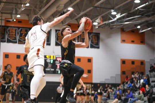 Peoria guard Isaac Monroe drives to the basket against Desert Edge on Feb. 4, 2020 in Goodyear, AZ. (Brady Klain/The Republic)