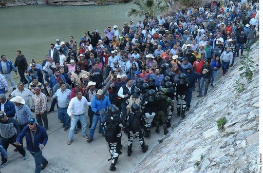 Productores agrícolas y habitantes de San Francisco de Conchos y Camargo, Chihuahua, tomaron la presa La Boquilla, que era vigilada por elementos de la Guardia Nacional.