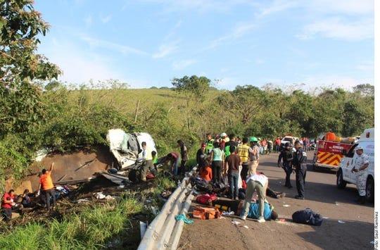 Los migrantes lesionados son atendidos sobre la curva San Matías, en la carretera federal 180.