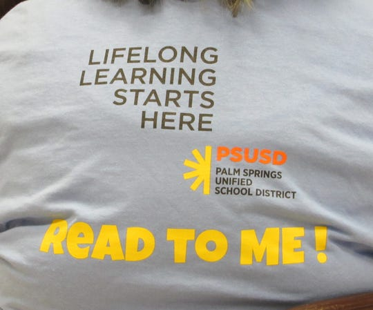 """A """"Read To Me!"""" T-shirt."""