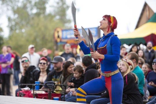 Margaret Ebert del grupo de circo de comedia Barely Balanced malabares con cuchillos en el Arizona Renaissance Festival 2019 el 9 de febrero de 2019 en Gold Canyon, Arizona.
