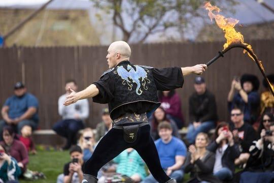 """Adam """"Crack"""" Winrich realiza su espectáculo con un látigo en llamas en el Arizona Renaissance Festival 2019 el 9 de febrero de 2019 en Gold Canyon, Arizona."""