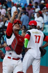 El jugador Juan Apodaca, de Cardenales de Lara de Venezuela, celebra el pase a la final de la Serie del Caribe, este jueves, tras ganar a los Tomateros de Culiacán, durante la semifinal por la Serie del Caribe disputada en el Estadio Hiram Bithorn, en San Juan (Puerto Rico).