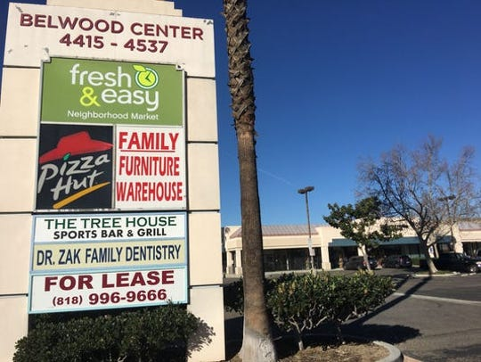 Under pressure from the state, the Simi Valley Planning Commission has reluctantly reversed its opposition to a developer's plans to tear down most of the largely vacant Belwood shopping center and build a 278-unit, four-story apartment complex there.