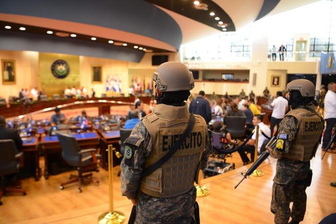 Militares de El Salvador rodean la Asamblea Legislativa, en apoyo a Bukele.