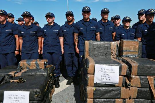 Elementos de la Guardia Costera de EEUU posan con el cargamento asegurado.