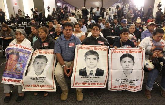 Familiares de los jóvenes desaparecidos de la normal rural de Ayotzinapa acudieron a la instalación de la Comisión Presidencial para la Verdad y Acceso a la Justicia en el Caso Ayotzinapa, en Ciudad de México (México).