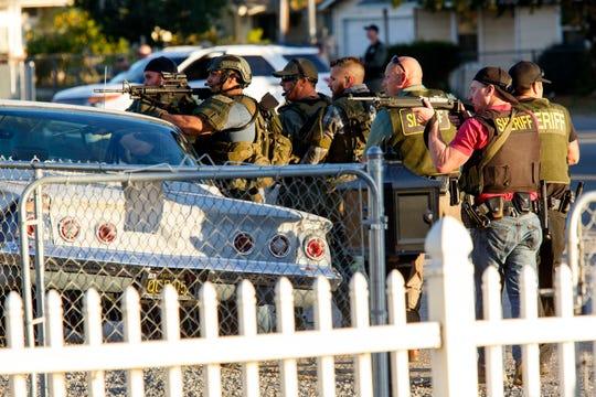 """Los agentes de la ley buscan sospechosos en un tiroteo masivo el 2 de diciembre de 2015, en San Bernardino, California . """"width ="""" 540 """"data-mycapture-src ="""" """"data-mycapture-sm-src ="""" """"/> <meta itemprop="""