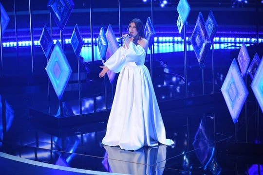 """Idina Menzel was chill as ice when singing """"Into The Unknown"""" from """"Frozen II"""" at the Oscars."""