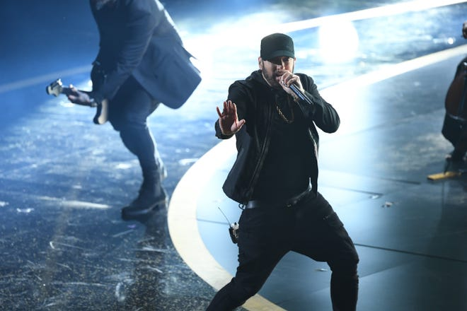 """What year is it? Eminem showed up at the Oscars to perform """"Lose Yourself"""" and we were all having flashbacks to 2002."""