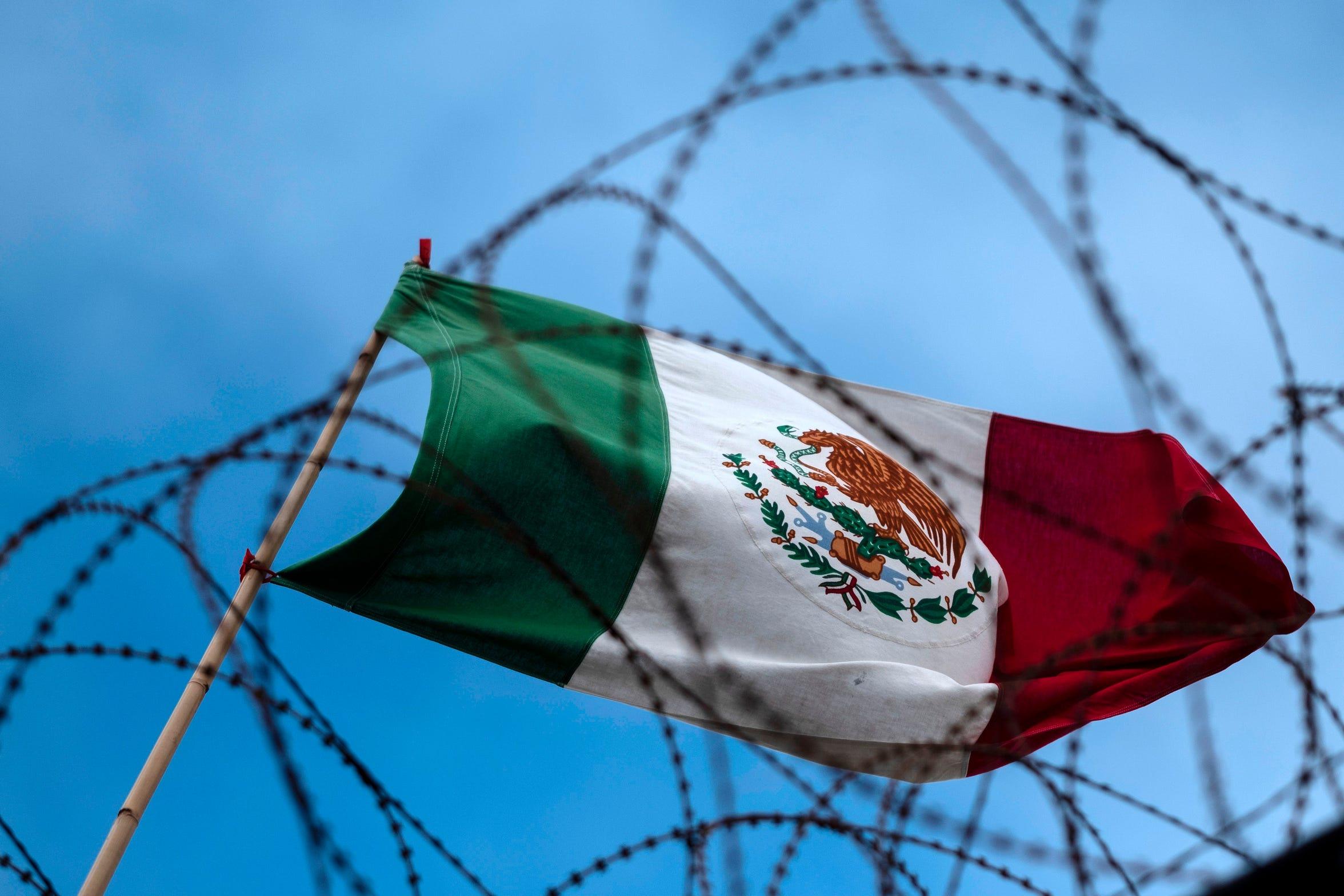 La bandera mexicana ondea del otro lado de la frontera.
