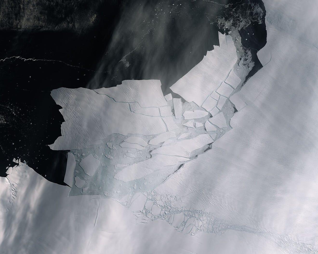 Antarctica glacier juste brokee off