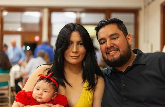 Fotografía cedida por el soñador Ángel Reyes Rivas donde aparece mientras posa junto a su novia (c) y su hija Zoe.