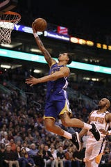 Juan Toscano-Anderson encesta la pelota en su partido contra Suns.