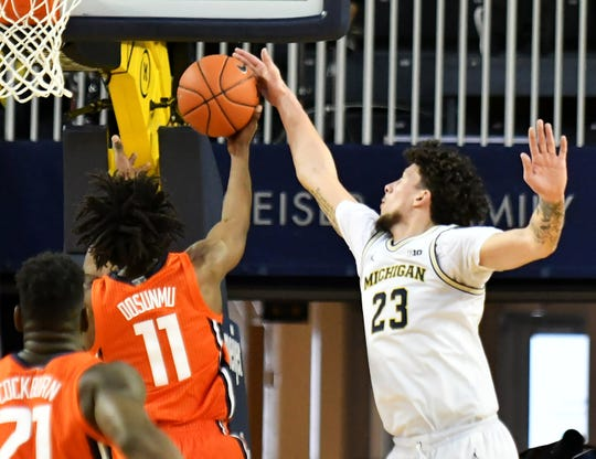 Michigan forward Brandon Johns Jr. (23) blocks a shot by Illinois guard Ayo Dosunmu (11) in the second half in the Wolverines game against the Illini Jan. 25.