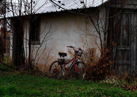 A bicycle rests beside an old garage in Merkel.