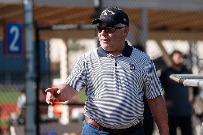 El gerente general de los Detroit Tigers, Al Avila, observa el entrenamiento de primavera en TigerTown en Lakeland, Florida, el domingo 16 de febrero de 2020.