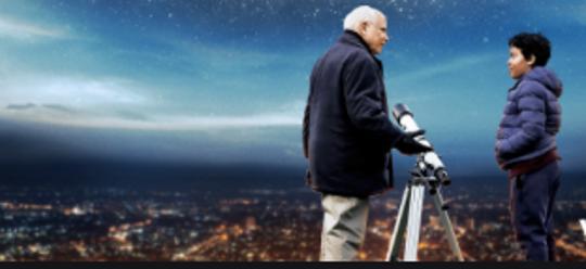 Angus (Richard Dreyfuss) and Barney look through a telescope.