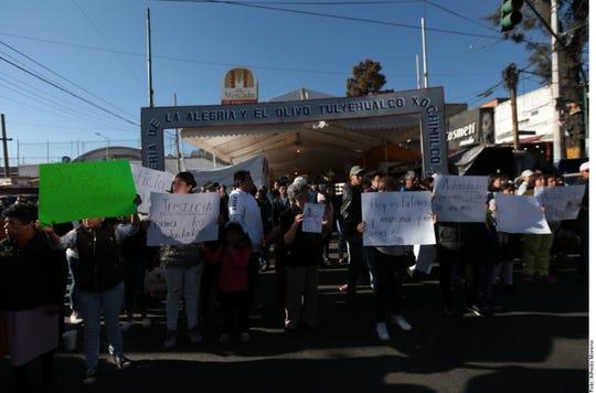 Padres de familia se manifestaron ayer afuera del plantel donde estudiaba la menor de 7 años, en Tulyehualco, y realizaron bloqueos viales.