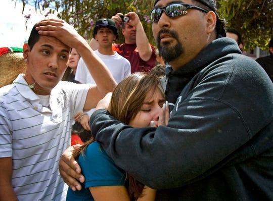 Entre los más de 1,500 manifestantes fuera del Capitolio estatal, muchos expresaron indignación y consternación al enterarse de la firma de la gobernadora Jan Brewer.