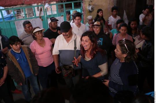 """""""Si tienen hijas, ojalá se pusieran en mis zapatos porque ya no va a regresar, ya jamás la voy a ver"""", dijo la madre de Fátima, María Magdalena (centro)."""