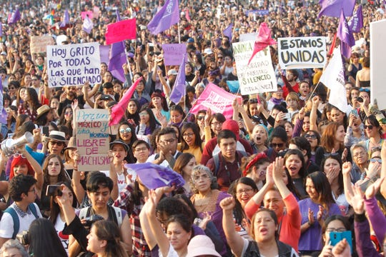 Miles de mujeres participan el 02 de febrero de 2019 en una marcha para demandar un alto a los feminicidios y a los intentos de secuestro que han ido en aumento en las últimas semanas en Ciudad de México (México).