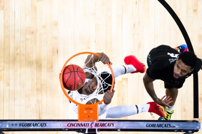 Cincinnati Bearcats forward Tre Scott (13) dunks as UCF Knights guard Ceasar DeJesus (4) looks on (Albert Cesare/The Cincinnati Enquirer/AP)