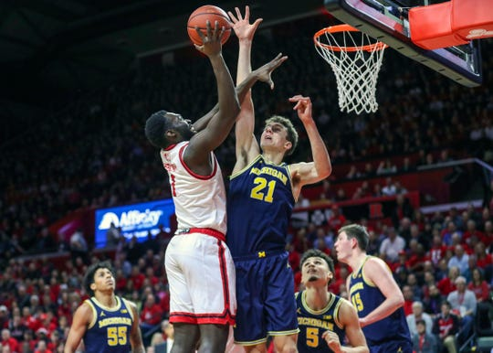 Rutgers  forward Akwasi Yeboah (1) shoots as Michigan guard Franz Wagner (21) defends during the first half.