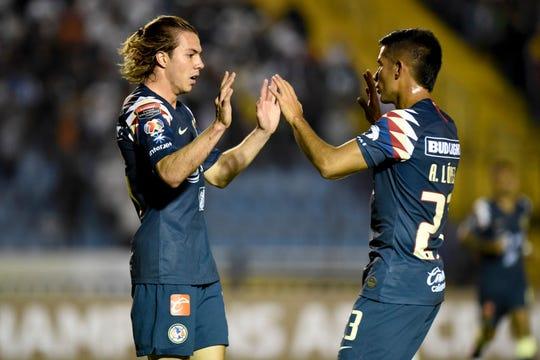 Sebastián Cordova (izq.) celebra tras anotar gol al Comunicaciones de Guatemala.