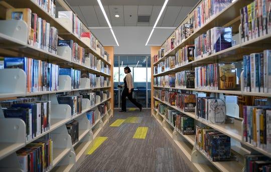 Mila Rianto, bibliotecaria adjunta de la Biblioteca Pública de Salinas recorre la nueva Biblioteca El Gabilan el 19 de febrero, unos días antes de su gran inauguración. La gran inauguración será el 22 de febrero, de 12 p. m. a 4 p. m.