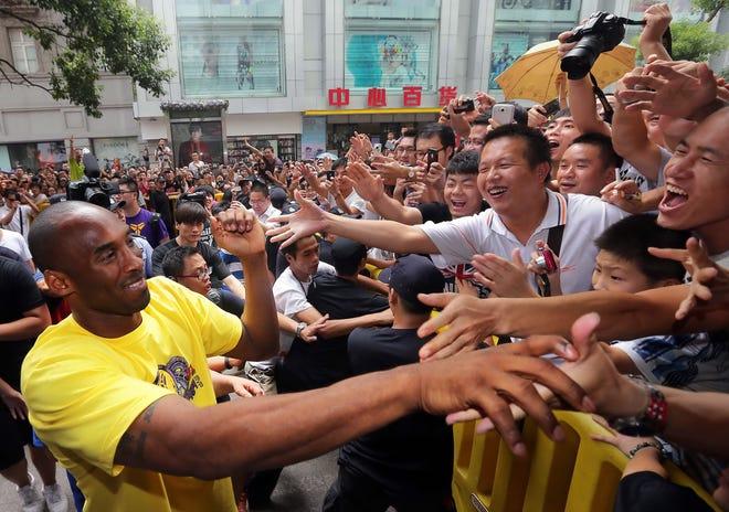 Kobe Bryant จับมือแฟน ๆ ชาวจีนระหว่างงานอีเวนต์ที่เมืองหวู่ฮั่นทางตอนกลางของมณฑลหูเป่ยของจีนเมื่อปี 2555
