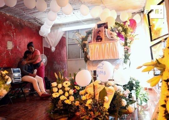 María Magdalena Anton (i) recibe el consuelo de una mujer durante el funeral de su hija Fátima, el martes, en el barrio Tulyehualco de la Ciudad de México (México).
