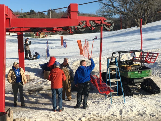 The Great Bear Ski Valley chairlift derailed Saturday afternoon, closing the main hill at the Sioux Falls recreation area Saturday afternoon.