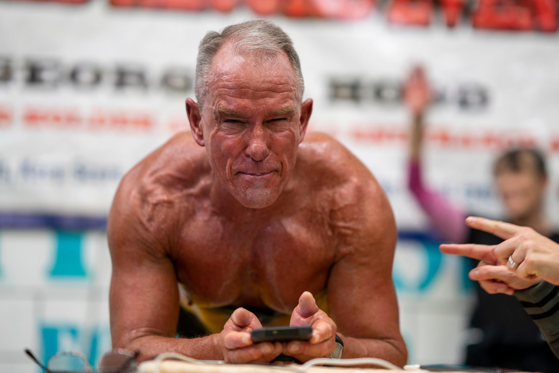 Former Marine planks for over 8 hours, setting Guinness record