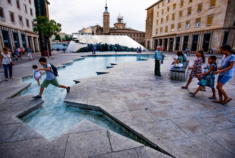 Cooling down on the square in Zaragoza.