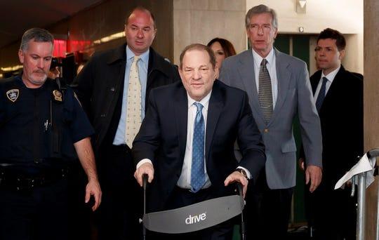 Harvey Weinstein (C) llega a la Corte Suprema del estado de Nueva York mientras el jurado continúa deliberando en su juicio por agresión sexual en Nueva York, Nueva York, EE. UU., 24 de febrero de 2020.