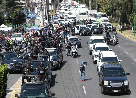 Vista general del convoy que traslada a los presuntos homicidas de la menor Fátima, el viernes en el municipio de Atizapán de Zaragoza, en el Estado de México (México).