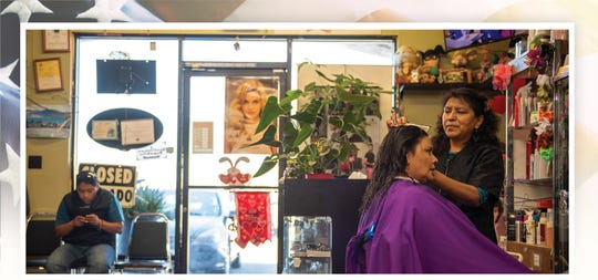 Fausta Ibarra, 59, dueña del salón de belleza Tropical Cuts en Salinas, California, peina a una de sus clientas mientras habla de su rutina diaria. Ibarra ha sido la dueña de este salón por más de 20 años. La foto fue tomada el 7 de febrero del 2020.