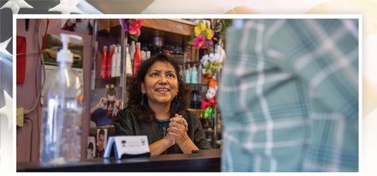 Fausta Ibarra, 59, dueña del salón de belleza Tropical Cuts en Salinas, California, saluda a una de sus clientas temprano en la mañana del 7 de febrero del 2020.