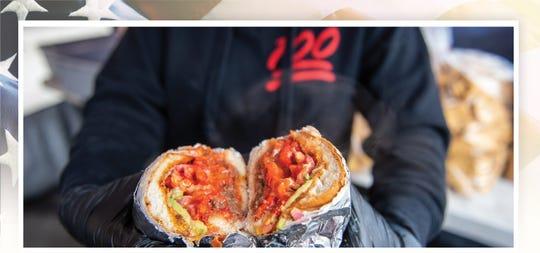 Un empleado de Orlando Osornio, el dueño de Tortas Al 100, en Salinas, California, muestra un  Don Cheeto preparado el 8 de febrero del 2020. El Don Cheeto de Osornio es una de las tortas más populares del menú. .