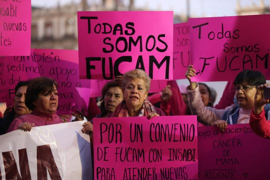 Pacientes con cáncer de mama y papás de niños con cáncer protestan este martes afuera de Palacio Nacional, por la falta de medicamentos y tratamientos oncológicos, en Ciudad de México (México).
