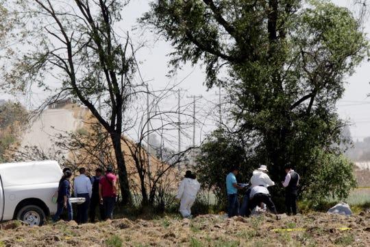 Fotografía fechada el 24 de febrero del 2020 que muestra a peritos forenses laborando en la zona donde fueron hallados los cuerpos de estudiantes en la comunidad de Santa Ana Xalmimilulco, perteneciente al municipio de Huejotzingo, en el estado de Puebla (México).