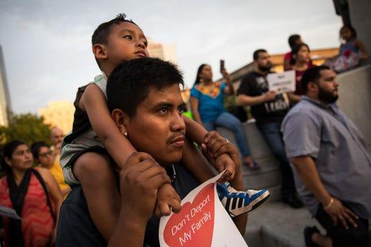 Inmigrantes protestan a favor de la ciudades santuario.