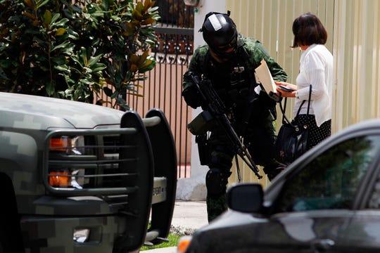 Agentes federales mexicanos detuvieron en Guadalajara, capital del estado occidental de Jalisco, a Julio Alberto Castillo Rodríguez, yerno de Nemesio Oseguera Cervantes, presunto fundador y líder del Cártel Jalisco Nueva Generación (CJNG), informaron fuentes gubernamentales.