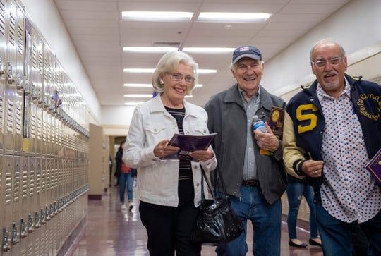 Barbara Silacci, exalumna de Salinas High School de la generación de 1958, a la izquierda, camina junto a su esposo Ed Silacci, al centro, de la generación de 1953, durante el aniversario número 100 de su preparatoria, el 27 de febrero de 2020.